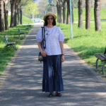 Jeans larghi e piccoli ricami