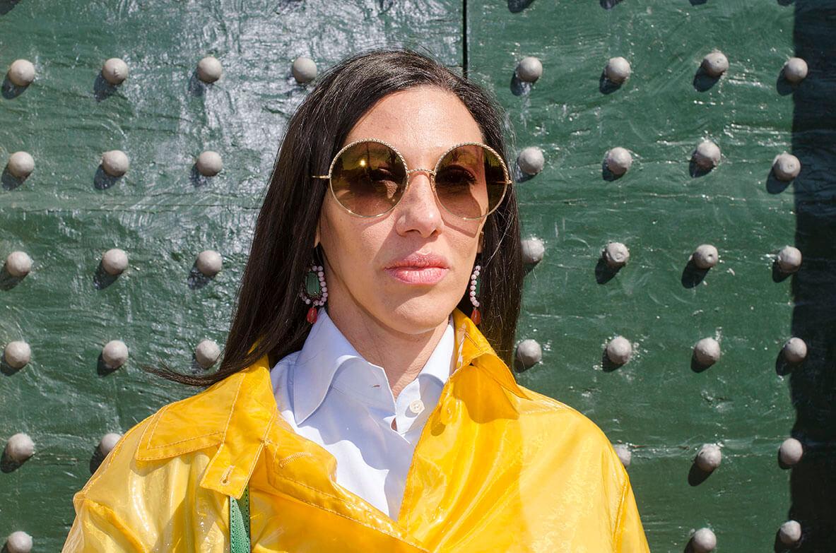 Outfit - impermiabile giallo su camicia bianca