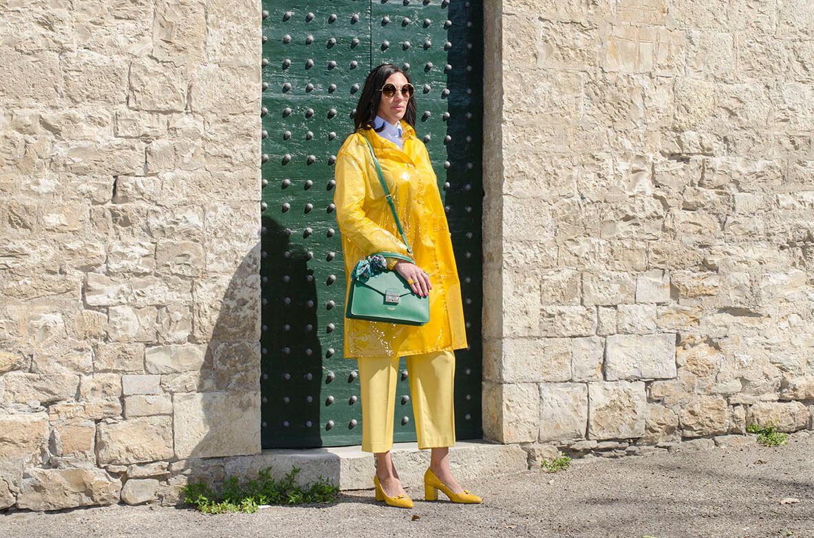 Outfit - impermiabile giallo con borsa verde