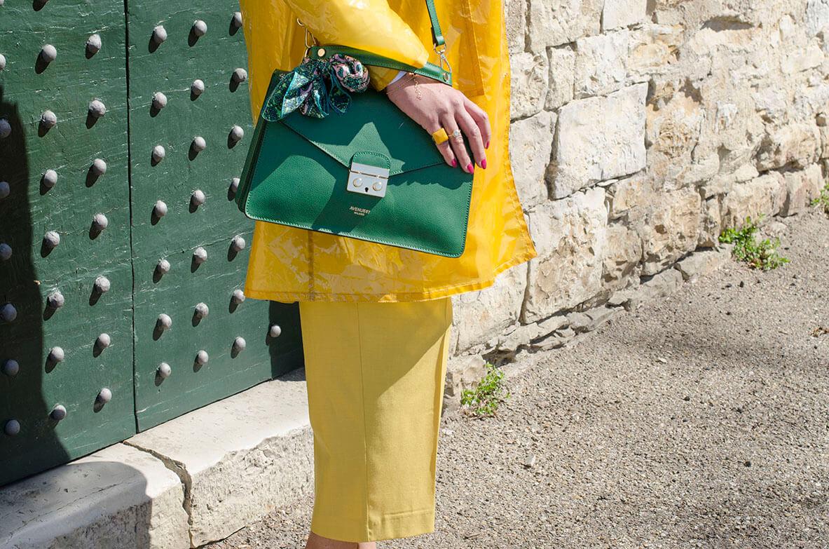Outfit - total giallo su borsa verde