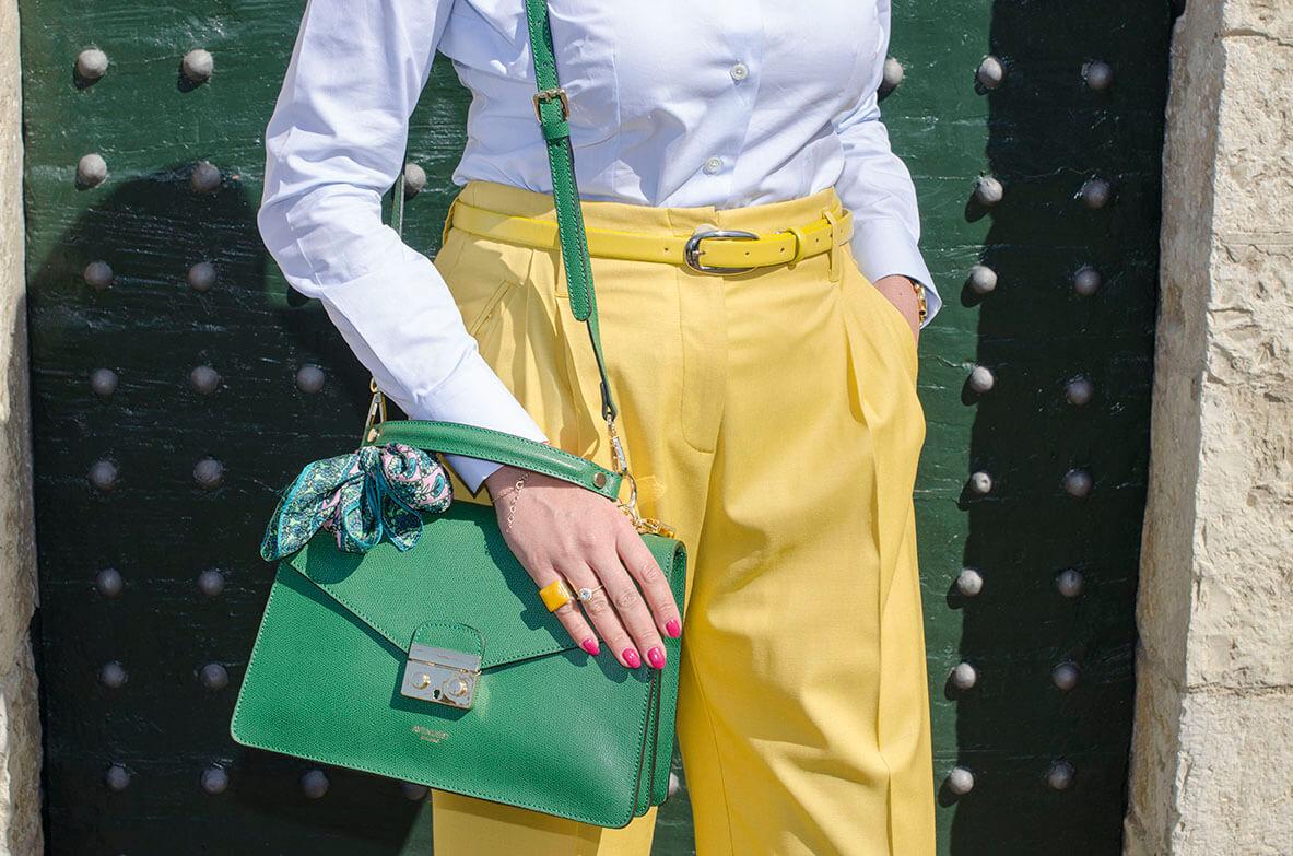 Outfit - Momonì gialli e borsa verde